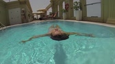 banho de sol : young woman relaxing on luxury swimming pool