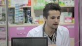 raflar : Pharmacist smiling at client