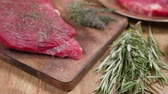 sangrento : Reavealing a raw juicy chunk of meat. Out of focus composition. Zoom in to focus on a fresh chunk of beef meat. Stock Footage