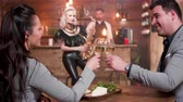 saksofon : Couple on a date clinking glasses and drink wine during a live concert. Musician on high chair performs a song on saxophone. Wideo
