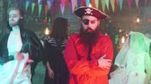 disfarçar : Portrait of a handsome bearded man in pirate costume at a halloween party Stock Footage