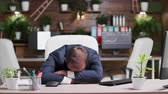 werkstress : Businessman sleeping with his head on the desk