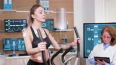 herzfrequenz : Beautiful female athlete running in modern facility for sports science. Female athelete in sportwear running with electrodes attached to her body. Videos