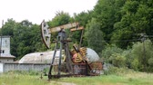 葡萄收获期 : Oil pump in operation in the forest area