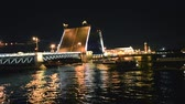 comerciantes : Boats on the river after breeding the bridge, night
