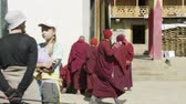 szerzetes : SAMAGAON, NEPAL - MARCH, 2018: Tourists watch local Buddhist monk near monastery.