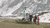 спасение : DHARMASALA, NEPAL - MARCH, 2018: Tourists get into the helicopter after the incident in mountains. Стоковые видеозаписи