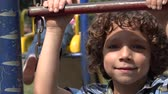préadolescent : Boy Smiling sur Playground