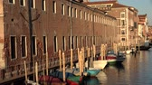 veneza : Row Boats In Venice Canal