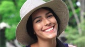 capô : Cute Happy Smiling Teen Girl With Hat