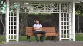 соло : Lonely Man Sitting On Park Bench