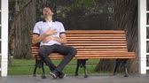 соло : Man Laughing Alone Sitting On Park Bench