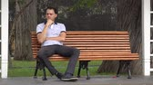 соло : Man Sitting Alone In Park