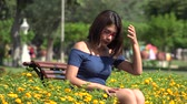соло : Teen Girl Sitting In Park Alone