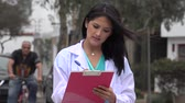 yazılı : Female Doctor Or Nurse Writing Stok Video