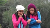 dospívající : Teen Girls Wearing Sweaters Cold Weather