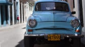 esfarrapado : time-lapse of a street scene with a classic car in havana, cuba