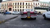esfarrapado : Timelapse of a classic car pulling up close to the camera in havana, Cuba