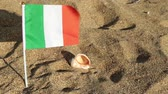 işareti ok : Flag of Italy on a sandy beach.
