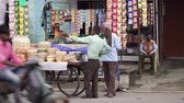 população : Agra, India, - March 2020. Street vendors in India. Road, indian street. Traditional India. Stock Footage