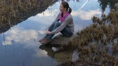 sonhar acordado : Lonely woman thinking at the lake Stock Footage