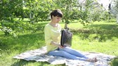 studenten : Girl freelancer works in the open air. Stock Footage