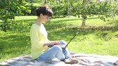 kız : Girl freelancer works in the open air. Stok Video