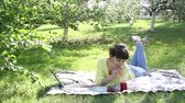 blogger : Girl freelancer works in the open air. Stock Footage