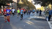 goede doel : NEW YORK, NEW YORK  USA - 4 november 2018: Runners in Manhattan nemen deel tijdens de NYC Marathon Stockvideo