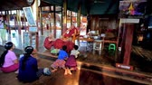 szerzetes : INLE LAKE, MYANMAR - FEBRUARY 18, 2018: The bhikkhu (Buddhist monk) teaches the young samaneras (novice monks) in prayer hall of Nga Phe Kyaung Monastery of jumping cats, on February 18 in Inle lake.