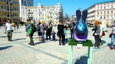 bizantino : KIEV, UKRAINE - APRIL 10, 2018: Unusually decorated Easter Bunny installations attract people to visit Holiday Festival in Sofiyska Square, on April 10 in Kiev. Vídeos