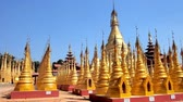 Бирма : Buddhist monastery of Hang Si village, situated next to historical Kakku Pagodas site, with numerous golden stupas, decorated with ringing hti umbrellas, Taunggyi, Myanmar. Стоковые видеозаписи