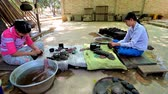 casca de ovo : BAGAN, MYANMAR - FEBRUARY 25, 2018: The workers of lacquerware workshop polish the lacquer bowls, on February 25 in Bagan