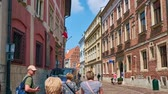 krakow : KRAKOW, POLAND - JUNE 21, 2018: Walk along the narrow crowded Kanonicza street - one of the oldest city locations with preserved medieval palaces, mansions and museums, on June 21 in Krakow. Stock Footage