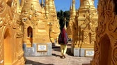 Бирма : HANG SI, MYANMAR - FEBRUARY 20, 2018: The tourist walks among the golden stupas of the Buddhist Monastery located next to the ancient site of Kakku Pagodas, on February 20 in Hang Si.