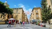 máltai : VALLETTA, MALTA - JUNE 17, 2018: Architectural ensemble of Republic Square with a view on crowded Republic street, lined with historical edifices, on June 17 in Valletta.