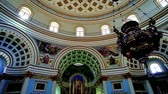 strop : MOSTA, MALTA - JUNE 14, 2018: Interior of huge Basilica of the Assumption of Our Lady (Rotunda) with richly decorated arched niches, beautiful altar and impressive dome, on June 14 in Mosta.