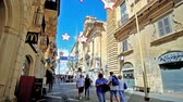máltai : VALLETTA, MALTA - JUNE 17, 2018: The crowded Republic street is popular shopping area, stretching along the medieval city, on June 17 in Valletta