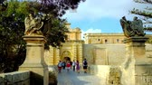 máltai : MDINA, MALTA - JUNE 14, 2018: The way to Main (Vilhena) Gate of the medieval fortified city along preserved stone bridge, stretching along the moat, on June 14 in Mdina.