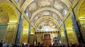 фреска : VALLETTA, MALTA - JUNE 18, 2018: Splendid Nave of St Johns Co-Cathedral with ornate decoration of walls and vaulted ceiling, including carvings and paintings by Mattia Preti, on June 18 in Valletta.