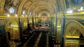 фреска : VALLETTA, MALTA - JUNE 18, 2018:  The richly decorated prayer hall of St Johns Co-Cathedral with masterpiece paintings, ornate stucco carvings, gilt details and sculptures, on June 18 in Valletta.