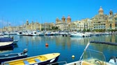 máltai : Observe Vittoriosa marina with yachts and boats, the medieval city of Birgu stretches along the shore, Malta.