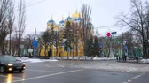 barok : KIEV, UKRAINE - JANUARY 13, 2019: The fast traffic in Taras Shevchenko Boulevard with a view on St Vladimir Cathedral behind the trees on the background, on January 13 in Kiev.