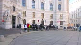 скульптура : VIENNA, AUSTRIA - FEBRUARY 17, 2019: The vintage horse-drawn carriages wait the tourists at the Hofburg Imperial palace in St Michaels square (Michaelerplatz), on February 17 in Vienna.