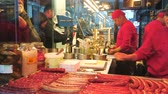 hot dog : VIENNA, AUSTRIA - FEBRUARY 17, 2019: The cooks in fast food kiosk prepare tasty hot dogs with traditional sausages (wurst) with spicy sauces and vegetable salads, on February 17 in Vienna. Vidéos Libres De Droits