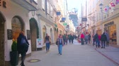 пешеход : SALZBURG, AUSTRIA - FEBRUARY 27, 2019: Nowadays Getreidegasse street serves as one of main tourist areas, offering shopping, visiting of popular cafes or historic landmarks, on February 27 in Salzburg