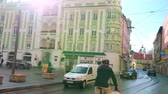 konak : GMUNDEN, AUSTRIA - FEBRUARY 22, 2019: The traffic in Theatergasse street with a view on the facade of historic Rathaus (Town Hall) building, located in Rathausplatz (square), on February 22 in Gmunden Stok Video