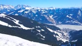 pista da sci : Spectacular panoramic view from the peak of Schmitten mount on the snowy Alps of Kaprun and Zell am Zee resorts and the frozen Zeller see (lake), located in highland valley, Austria.