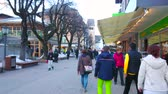 herenhuis : ZELL AM SEE, AUSTRIA - FEBRUARY 28, 2019: Pedestrian Bahnhofstrasse street is main shopping zone of resort, leading from the Railway station to the Stadtplatz square, on February 28 in Zell Am See.