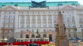 bonde : VIENNA, AUSTRIA - FEBRUARY 18, 2019: Facade of historic Government building, former War Ministry with Radetzky equestrian monument and riding vintage trams on the foreground, on February 18 in Vienna. Stock Footage